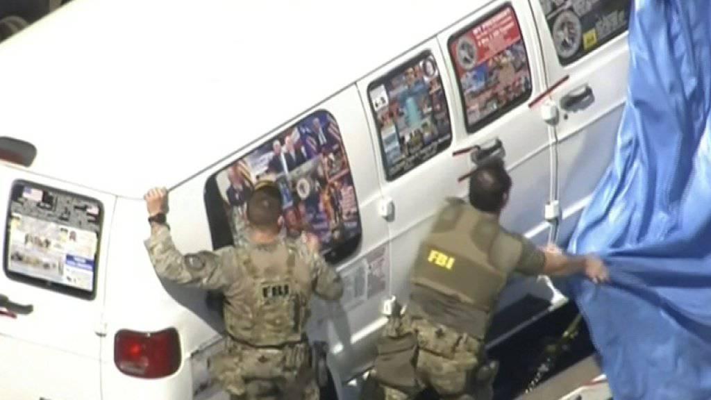 FBI-Agenten am Freitag in Plantation, Florida, beim Van des verhafteten Briefbomben-Verdächtigen.