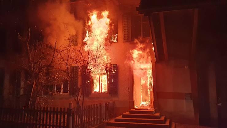 Eine Autofahrerin bemerkte die Flammen und alarmierte die Feuerwehr.
