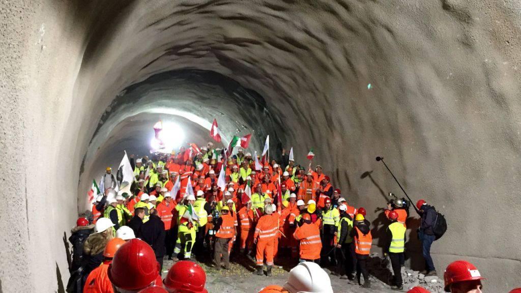 Nach dem Durchstich der Weströhre des Ceneri-Basistunnels jubeln die Mineure.