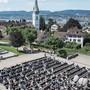 Spezielle Zeiten erfordern spezielle Lösungen: Im Sommer fand in Zollikon eine Gemeindeversammlung draussen statt. Im Winter sollen nun anstelle der Versammlungen auch Urnenabstimmungen möglich sein.