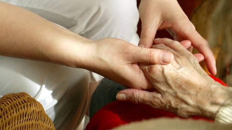 Hat die Pflegerin zu spät reagiert? Diese Frage stellte sich nach dem Tod eines Seniors am Bezirksgericht Zurzach. (Symbolbild)