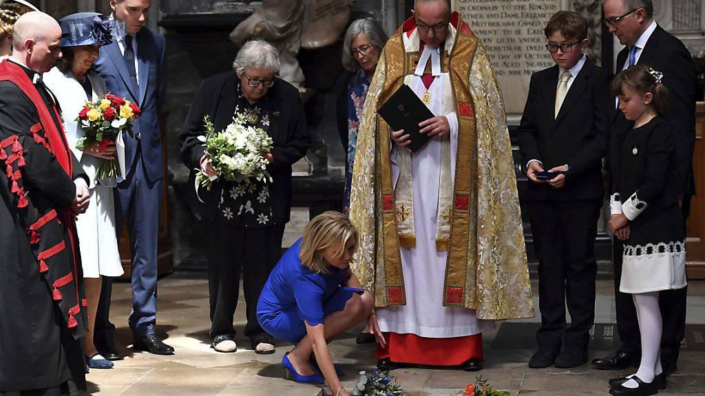 Lucy Hawking legt Blumen auf die Asche ihres verstorbenen Vaters Stephen Hawking. Der Wissenschaftler wurde am Freitag in der Westminster Abbey in London beigesetzt. (Ben Stansall/PA via AP)