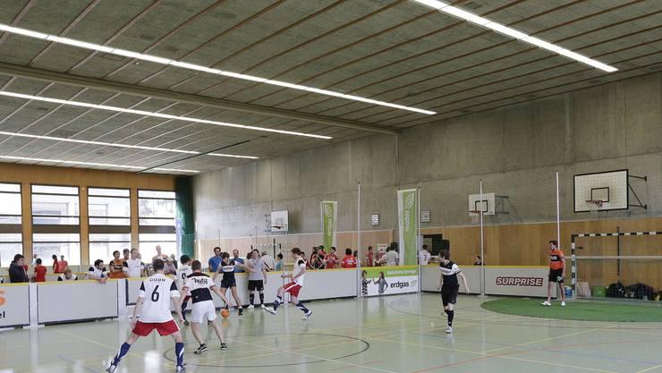 Die Saisoneröffnung der Surprise-Strassenfussball-Liga im Gymnasium Bäumlihof im 2013. (Archiv)
