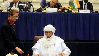 Ein Tuareg-Vertreter paraphiert das Abkommen in Algier (Archiv)