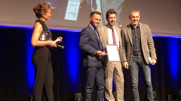 Shqiprim Thaqaj nimmt die Auszeichnung als «Torschützenkönig der Saison 18/19» entgegen.