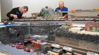 Herbert Mühlethaler (links) und David Müller werkeln an der Modelleisenbahn-Anlage.cfü