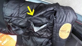 Bei der Kontrolle von vier Personen stiessen die Polizisten auf eine präparierte Jacke, welche sich für Trickdiebstähle eignet sowie Diebesgut.