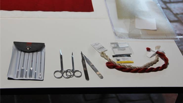Instrumente und Materialien der Fahnenrestaurierung gemahnen an die Chirurgie.
