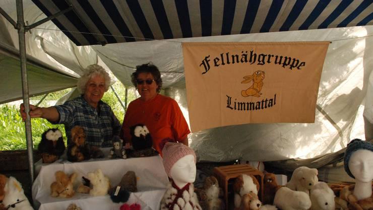Rösli Vonarburg und Emmy Illi von der Fellnähgruppe