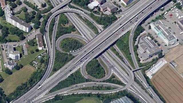 Das Brüttiseller Kreuz: Zwischen ihm sowie den Autobahnkreuzen Zürich-Ost und beim Kamin des Heizkraftwerks Aubrugg sind mehr Spuren vorgesehen.