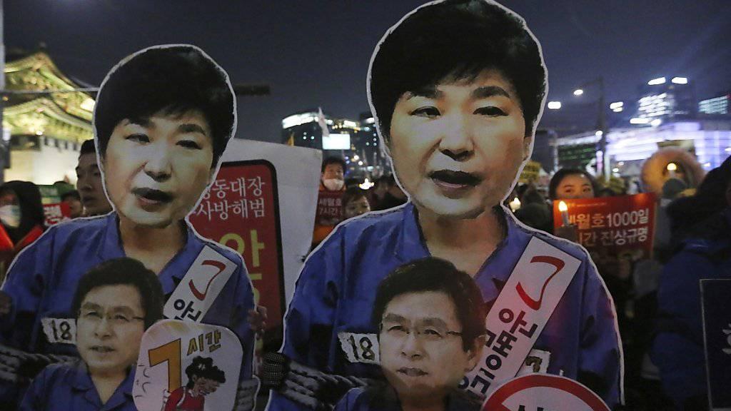 Plakate der entmachteten Präsidentin Südkoreas, Park Geun Hye, auf einer Demonstration in Seoul. (Archivbild)