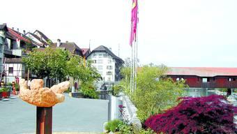 Standpunkt: Bevor Blumenkistchen die Holzbrücke zieren, will der Gemeinderat die Haftungsfrage geklärt haben.  (Bild: sl)