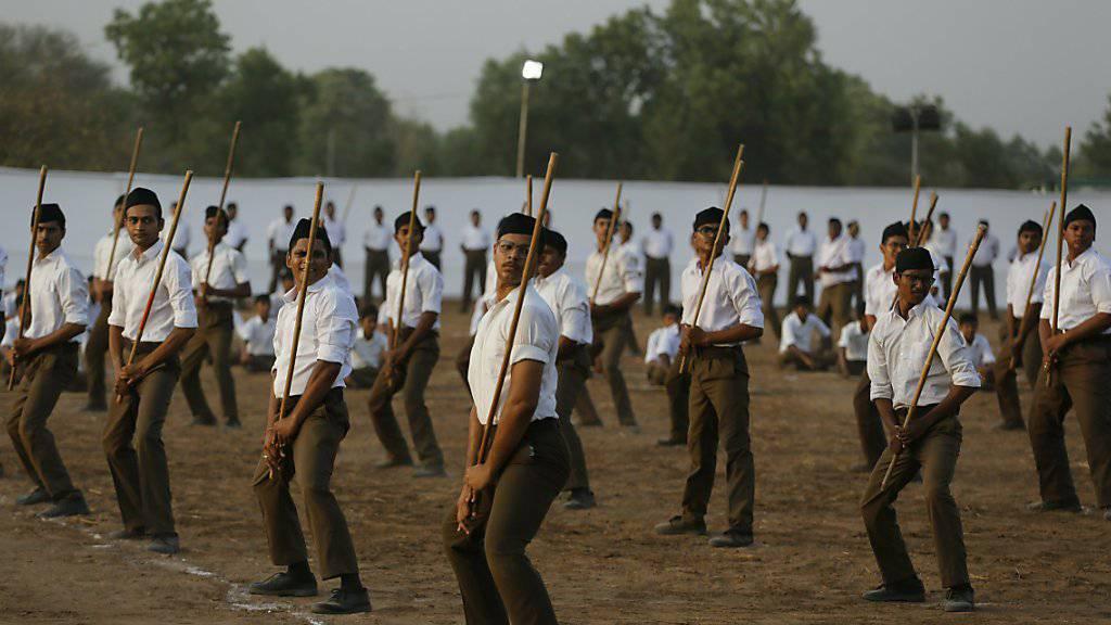 Freiwillige von Indiens regierender hinduistisch-nationalistischer Bharatiya-Janata-Partei trainieren Selbstverteidigung. (Archivbild)