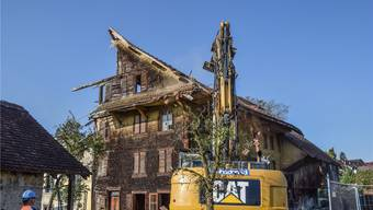 Vor knapp einem Monat wurde das einst stolze alte Bauernhaus, das älteste Haus Fischbach-Göslikons (Baujahr 1593), das am Ende nur noch eine Ruine war, abgebrochen. Man erzählt sich, es sei das Letzte der Seiler-Häuser aus der Sage gewesen. to/az-Archiv