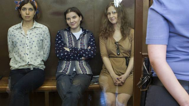 Drei Musikerinnen von Pussy Riot im Gerichtssaal in Moskau (Archiv)