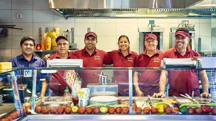 Das Bahnhof-Imbiss-Team von links: Inhaber Ahmet Yilmaz, Bediri Tübek, Mulla Bicak, die Aushilfe von der Zeitung, Mustafa Olukçu und Muzafer Cavus.