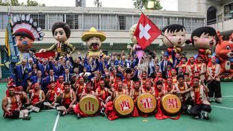 Die Musikgesellschaft Oberrüti folgt einer Einladung für einen 3-minütigen Auftritt im chinesischen Fernsehen. Dabei unterhalten sie ein Millionen-Publikum in Shanghai.
