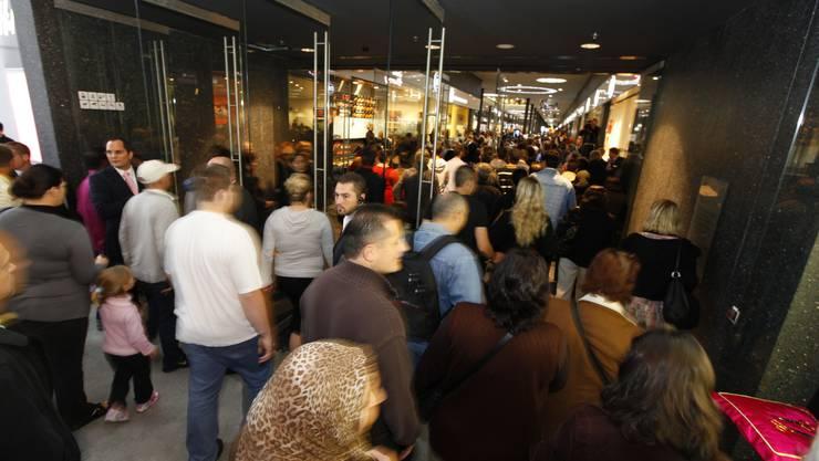 Tritte, Schläge, Verletzte. Als Ende 2007 in Berlin eine Mediamarkt-Filiale eröffnet wurde, spielten sich wüste Szenen ab. Nicht so gestern Morgen in Basel, als der deutsche Elektronik-Gigant Saturn seinen ersten Laden in der Schweiz aufmachte. Rund 1000 Personen warteten vor den Türen des Stücki-Einkaufcenters, bis sie im Saturn auf Aktionen-Jagd gehen konnten. «Ruhig und gesittet» sei das ganze abgelaufen, meinte Saturn-Sprecherin Manuela Tröndle. Das lag vielleicht auch daran, dass die Schnäppchenjäger noch etwas schlaftrunken waren. Denn Saturn öffnete bereits um sechs Uhr in der Früh seine Tore. Drei Security-Leute sind im Einsatz gestanden, erklärt Tröndle. Diese verbrachten aber trotz des grossen Ansturms einen friedlichen Arbeitstag. Die Schnäppchenjäger stürmten gezielt auf die Aktionen aus der Werbung zu. Ob Fernseher, Handys, Kameras, Kaffeemaschinen oder Staubsauger. «Das Geschäft läuft hervorragend», freut sich Tröndle. «Wir sind begeistert.» Trotzdem war gestern Nachmittag noch keine der Aktionen ausverkauft. Am begehrtestens waren laut Tröndle wohl die Spielkonsolen. Dank «Kampfpreisen» ist Saturn bei den Spielkonsolen deutlich billiger als die Konkurrenten Mediamarkt oder Interdiscount. Dies ergab ein Umfrage von «Comparis». Bei den anderen Produkten sei je nach Angebot mal dieser, mal jener Elektronik-Laden preisgünstiger (Siehe auch Seite 9). (daw)