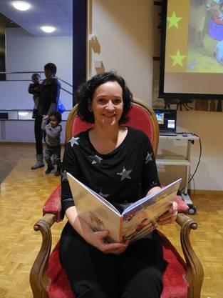 Die Bibliotheksmitarbeiterin liest ungefähr einmal im Monat eine Geschichte vor. Der Eintritt steht allen offen und ist kostenlos.