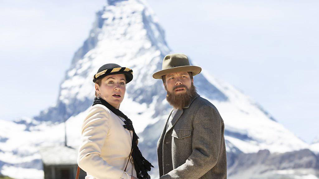 """Corinne Thalmann, links, als Miss Lucy Walker und Roman Weber, rechts, als Bergführer Melchior Andereggen: Das Freilichtspiel """"Matterhorn: No Ladies, please!"""" thematisiert auch, was passierte, als plötzlich reiche Touristinnen den einheimischen Frauen ihre Männer abspenstig machten."""