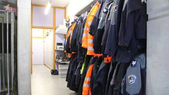 Blick in die Garderobe, wo es kaum mehr Platz hat für die Polizeijacken der zehn dazustossenden Polizisten. -rr-