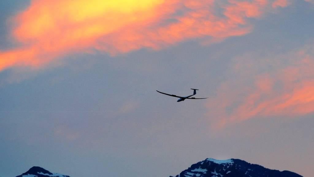 Ein Segelflugzeug am Himmel über den Walliser Alpen. (Symbolbild)