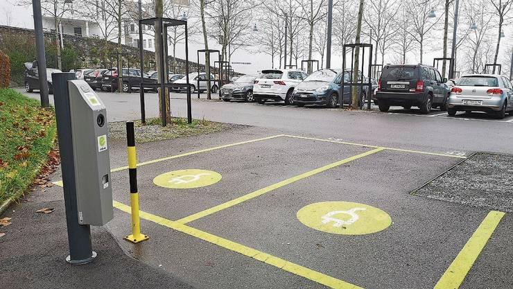 Die E-Parkplätze sind leer, alle andern besetzt: Parkplatz «Schanz» in Aarau.