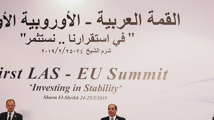 EU-Ratspräsident Donald Tusk (l.), Ägyptens Präsident Abdel Fattah al-Sisi (M) und der Generalsekretär der Arabischen Liga, Ahmed Abul Ghait (r.) am Montag bei der Abschlussmedienkonferenz zum Gipfel von Europäischer Union und Arabischer Liga im ägyptischen Scharm el Scheich.