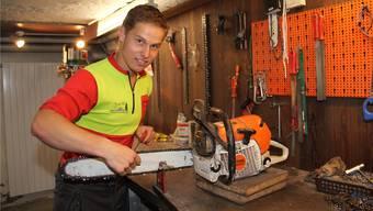In seiner Freizeit hilft Dimitri Simon oft einem befreundeten Bauer oder kreiert Holzskulpturen.