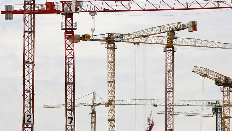 Die Wirtschaft in Deutschland profitiert nicht zuletzt von dem derzeitigen Bauboom. (Archivbild)