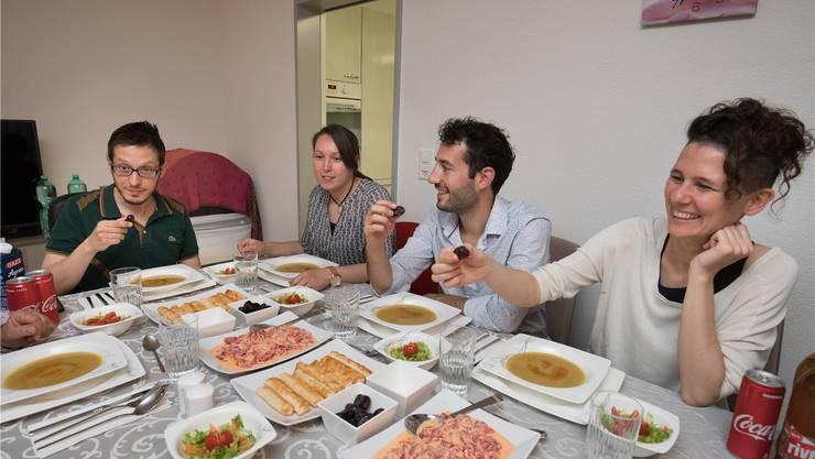 Zum Fastenbrechen haben Gökhan und Özlem Karabas (links) Besucher eingeladen.