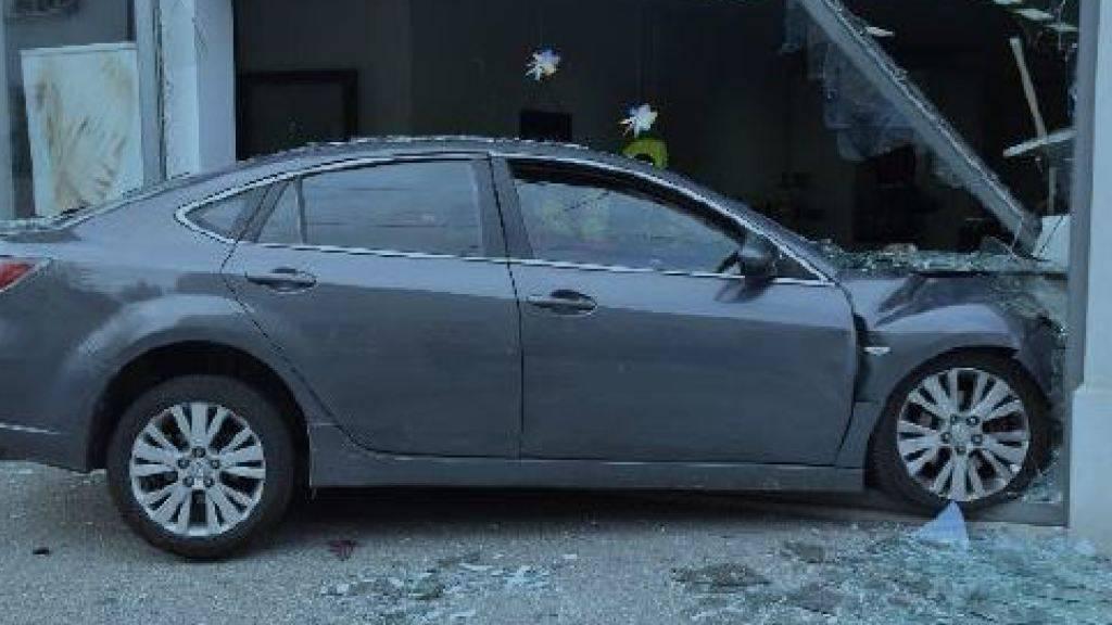 Ein medizinisches Problem liess den Lenker dieses Fahrzeugs im Schaufenster eines Coiffeurs in Solothurn landen.