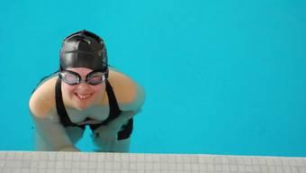 PluSport Limmattal sorgt neben Sport auch für Freude: Diese Teilnehmerin am Differenzschwimmen 2017 konnte es kaum erwarten, endlich ihre Längen im Hallenbad Uitikon zu schwimmen.