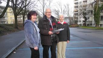 Dora Wüst, Marcel Achermann und Lilly Wüest (von links), die in der Staffelackerstrasse wohnen, wollen für den alten Preis der Tagesparkkarte kämpfen.