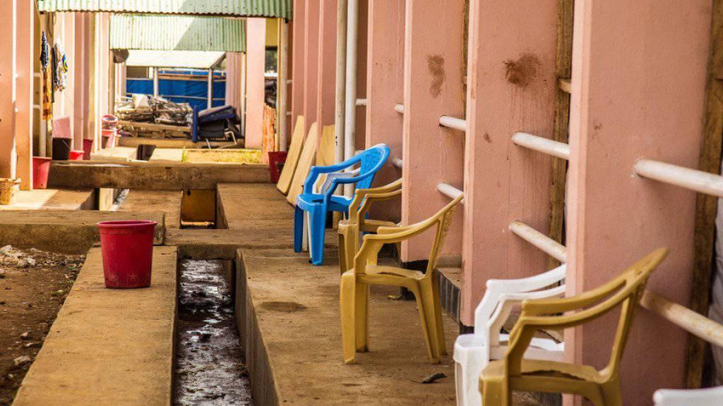 Leere Stühle vor einem Spital in Freetown, Sierra Leone, wo Ebola-Patienten behandelt wurden (Archiv)