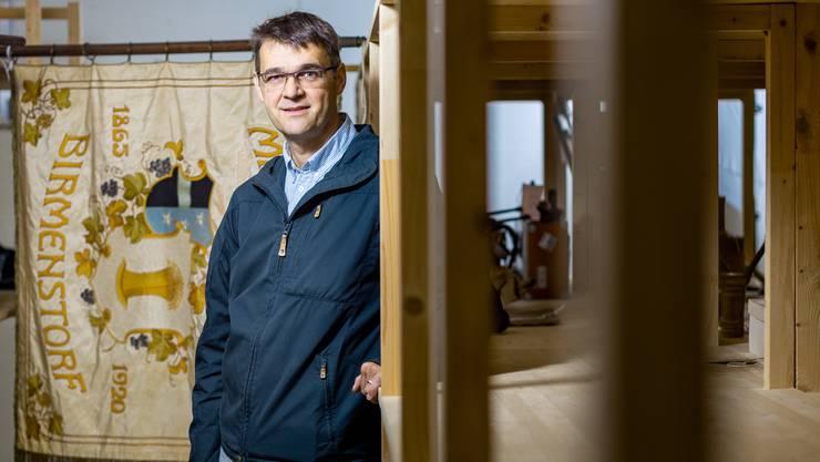 Historiker Patrick Zehnder zeigt Exemplare aus der Museumssammlung. Sie beinhaltet über 1200 Dinge.