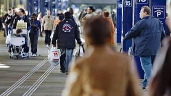 Reisende und Shopper im Bahnhof Basel