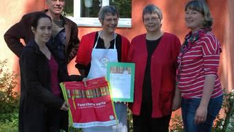 Die Label-Übergabe (v. l.): die Schulkoordination mit Ursula Remund und Joseph Aschwanden, die «Cibus»-Leitung mit Cornelia Hess und Madelaine Bieri sowie Michelle Bur von «Fourchette verte». er
