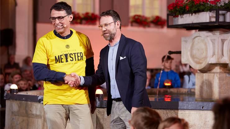 Gemeinderat Lukas Stückelberger im YB-Dress, das ihm Nik Hartmann nach der verlorenen Fussball-Wette überreicht. SRF