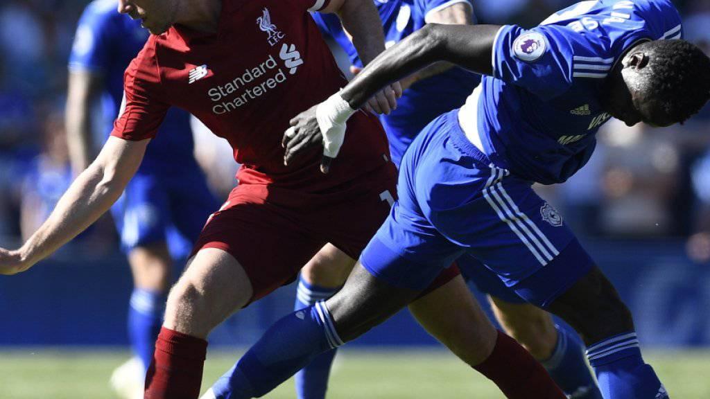 Liverpools Jordan Henderson (links) im Zweikampf mit Oumar Niasse von Cardiff City