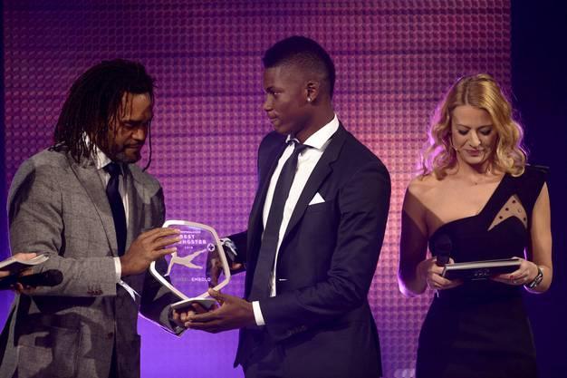 Breel Embolo bekommt seine Youngster-Trophäe von Christan Karembeu