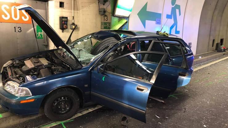 Das Foto zeigt, wie das Rad in der Windschutzscheibe steckt. Der Fahrer des Autos wurde beim Unfall getötet.