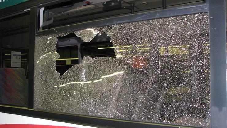 Bus-Passgier durch Bierflasche verletzt