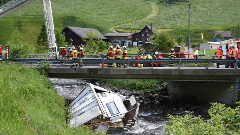 Um 4.15 Uhr am Sonntagmorgen ist ein Wohnwagen in den Waagbach bei Unteriberg SZ gestürzt.
