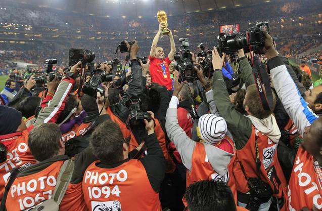 Anders Iniesta (M.) gehört wie beim WM-Titel 2010 auch 2018 zum Stamm der Spanier.