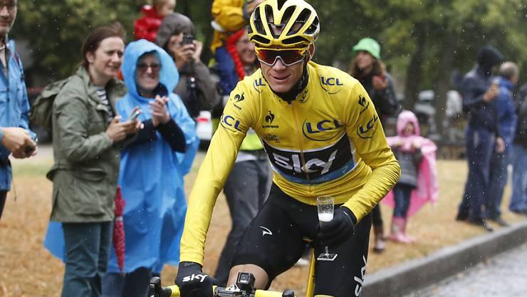 Chris Froome genehmigt sich in der letzten Etappe der Tour de France einen Schluck Champagner. Der Franzose hat die Frankreich-Rundfahrt zum zweiten Mal nach 2013 gewonnen