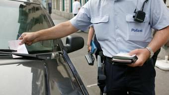 Richtig parkieren will gelernt sein. In Baden kontrollieren drei geschulte Angestellte die Parkplätze. (Symbolbild)
