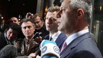 Nach dem Verhandlungsmarathon in Brüssel: Kosovos Regierungschef Hashim Thaci steht den Medienvertretern Red und Antwort