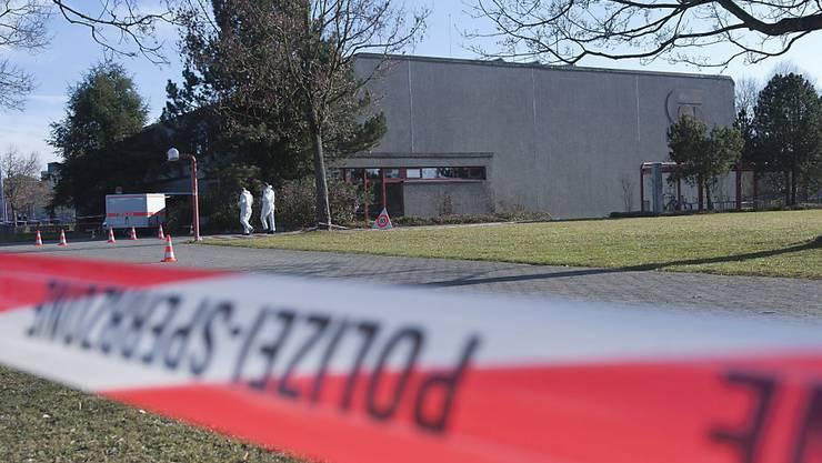 In einem Lichtschacht der Turnhalle wurde die grässlich zugerichtete Leiche gefunden. Nun befasst sich das Berner Obergericht mit dem grausamen Tod eines Callgirls im Jahr 2012. (Archivbild)