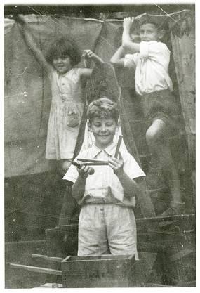 Schon als Kind war Markus Schmid (vorne) dem Zirkus verfallen